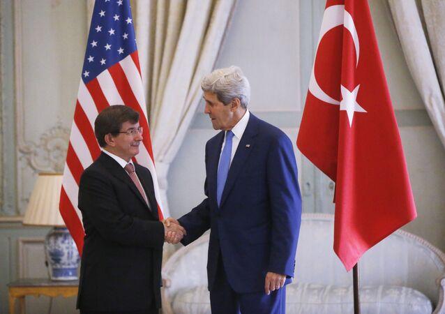 apretón de manos del ex-primer ministro turco, Ahmet Davutoglu con el Secretario del estado de EEUU, John Kerry