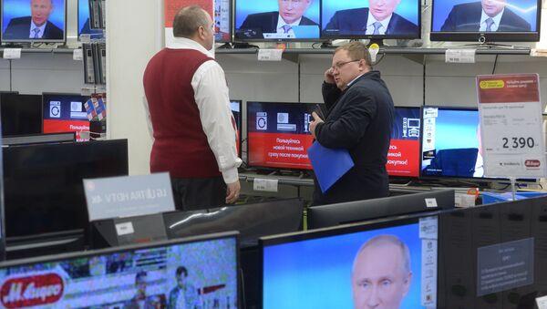La línea directa con el presidente ruso, Vladímir Putin, en todas las pantallas de una tienda - Sputnik Mundo