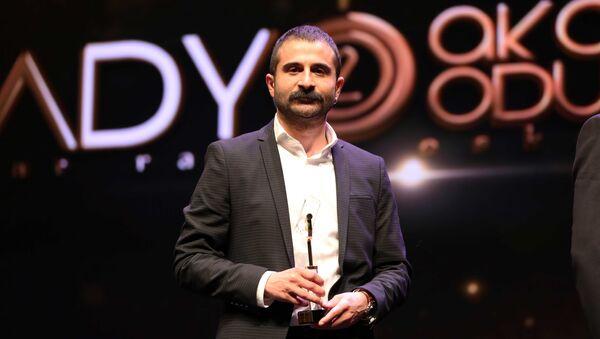 RS FM'e takdim edilen ödülü Genel Yayın Yönetmeni Mahir Boztepe aldı. - Sputnik Mundo