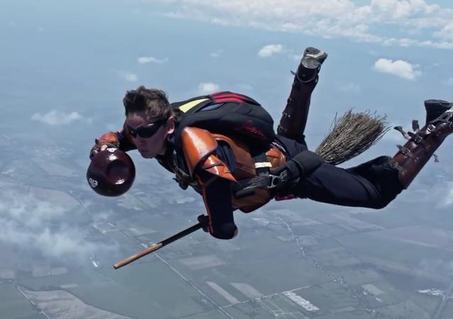 Los sueños sí se hacen realidad: Paracaidistas colombianos juegan al 'Quidditch' en el cielo