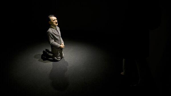 Una estatua Him realizada por el artista italiano Maurizio Cattelan que representa al líder nazi Adolf Hitler - Sputnik Mundo