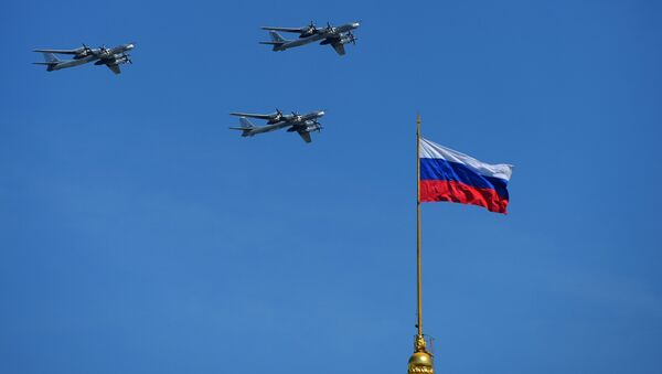 Los portamisiles subsónicos Tu-95 MS durante el Desfile militar en Moscú - Sputnik Mundo