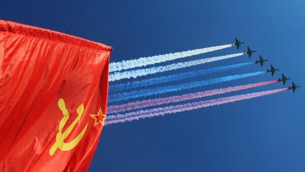 Los aviones de asalto aire-tierra Su-25 finalizan el Desfile de la Victoria - Sputnik Mundo