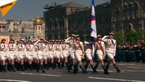 Las mujeres cadetes desfilan por la Plaza Roja - Sputnik Mundo