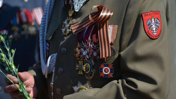 Participante de la marcha del Regimiento Inmortal - Sputnik Mundo