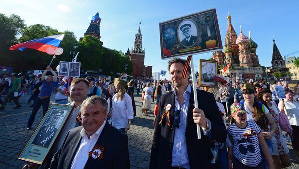 La marcha del Regimiento Inmortal en Moscú - Sputnik Mundo