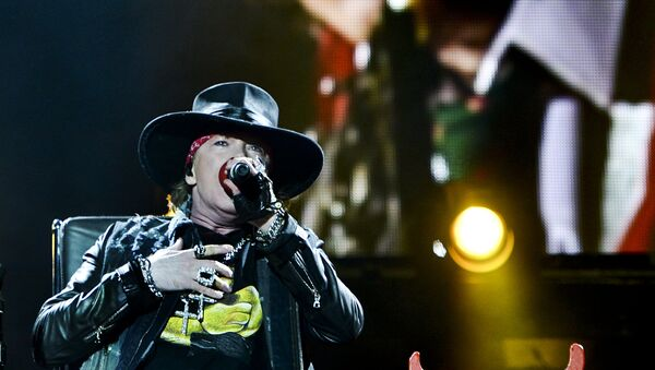 Axl Rose (L) and Angus Young (on the screen on top) of Australian Rock band AC/DC perform in Lisbon on May 7, 2016. - Sputnik Mundo