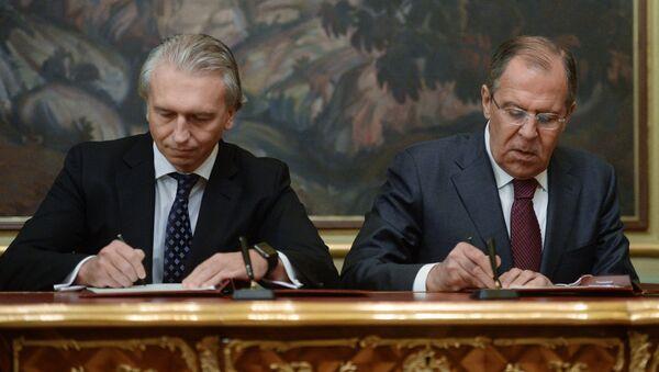 El jefe de Gazprom Neft, Alexandr Diúkov, y canciller ruso, Serguéi Lavrov, firmando un acuerdo de cooperación en la industria energética - Sputnik Mundo
