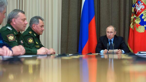 Presidente de Rusia, Vladímir Putin, durante la reunión con los jefes del Ministerio de Defensa ruso (Archivo) - Sputnik Mundo