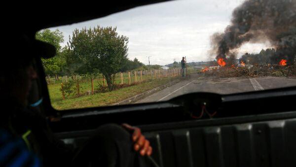 Manifestantes bloquean la carretera durante las protestas en la isla de Chiloé en Chile - Sputnik Mundo