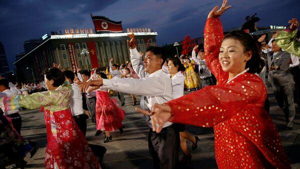 Los habitantes de Pyongyang bailan (archivo) - Sputnik Mundo