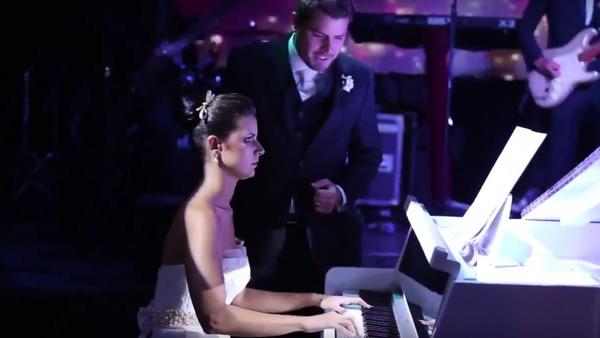 Una novia brasileña toca una canción de Iron Maiden en su boda - Sputnik Mundo