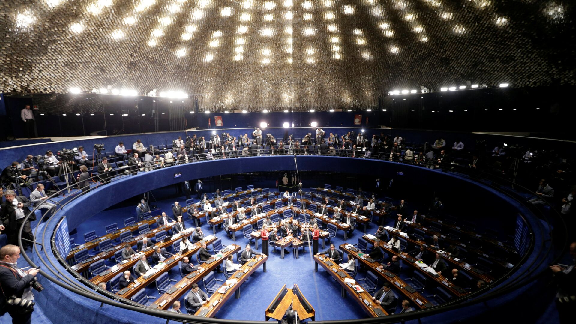 Members of Brazil's Senate, in favor and against the impeachment of President Dilma Rousseff participate in the debate leading up to the voting in Brasilia, Brazil - Sputnik Mundo, 1920, 12.05.2021