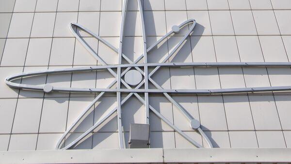 Un símbolo de átomo en una central nuclear (archivo) - Sputnik Mundo