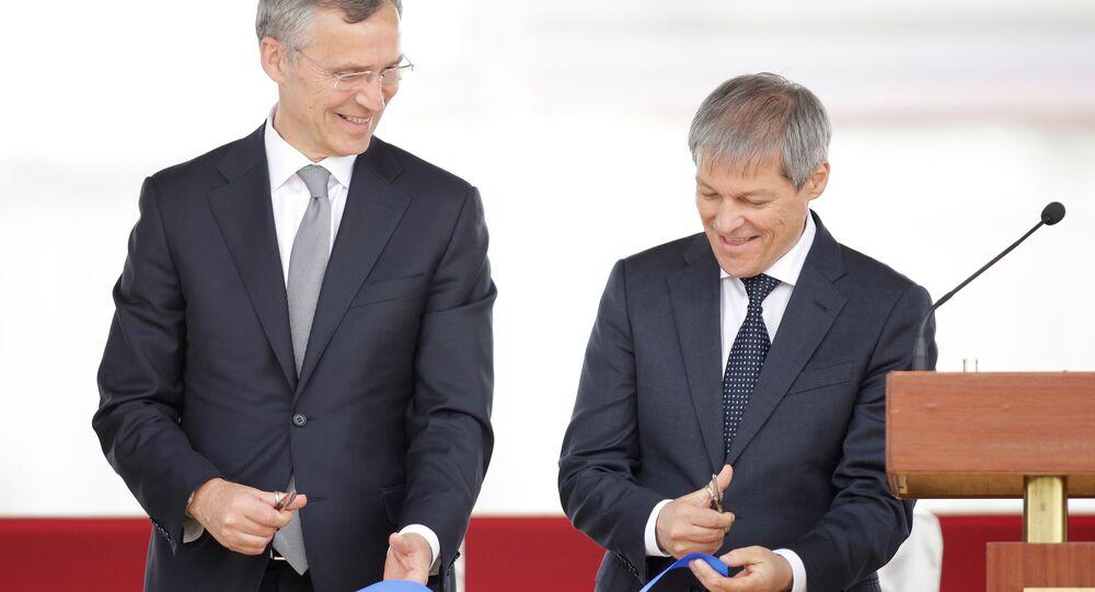 El secretario general del bloque militar Jens Stoltenberg y el primer ministro de Rumanía Dacian Ciolos durante la inauguración de la base rumana de Deveselu