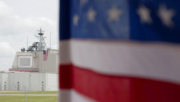 La bandera estadounidense en la base de Deveselu en Rumanía - Sputnik Mundo