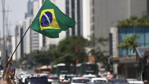 Demonstrante carrega bandeira do Brasil, São Paulo, Brasil, 19 de março de 2016 - Sputnik Mundo