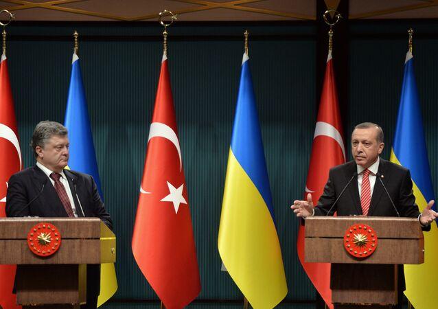 Presidente de Ucrania, Petró Poroshenko y el presidente de Turquía, Recep Tayipp Erdogan (archivo)