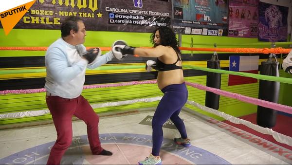 Boxeadora chilena sigue entrenándose en el último mes de su embarazo - Sputnik Mundo