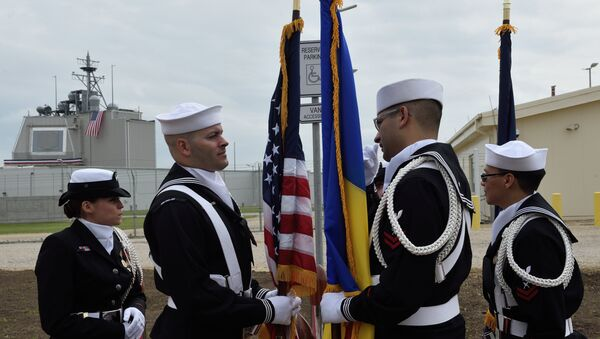 US Army personnel stand with the Romanian and the US flag during an inauguration ceremony of the US anti-missile station Aegis Ashore Romania (in the background) at the military base in Deveselu, Romania on May 12, 2016. - Sputnik Mundo