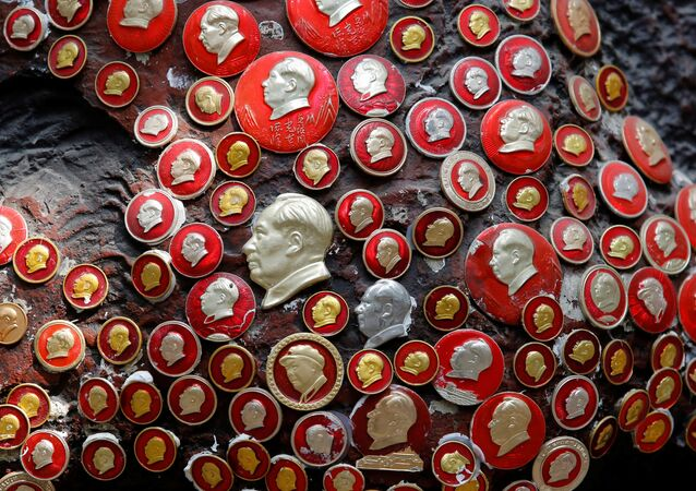 Insignias con la imagen de Mao Zedong, el máximo dirigente del Partido Comunista de China