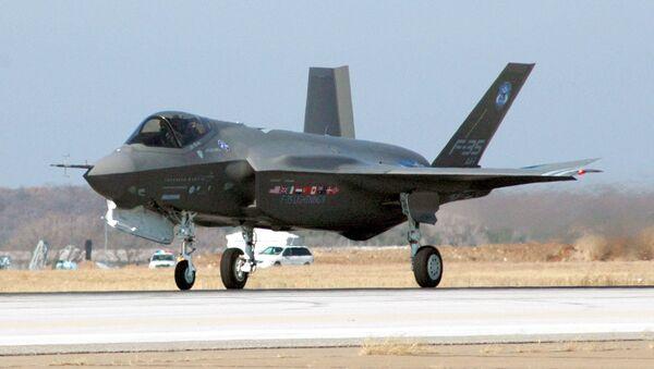 El despliegue del prototipo del F-35 en su primer vuelo en 2006 - Sputnik Mundo