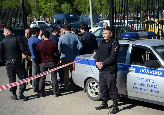 Policías junto al cementerio moscovita de Jovánskoe