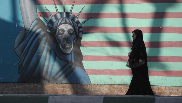 Una mujer cerca del edificio que anteriormente fue la embajada de EEUU en Teherán - Sputnik Mundo