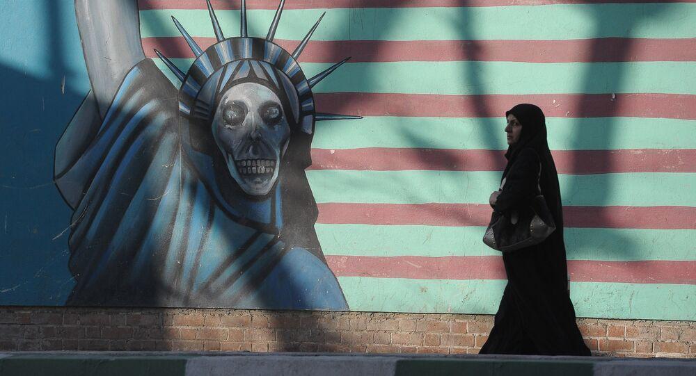 Una mujer cerca del edificio que anteriormente fue la embajada de EEUU en Teherán