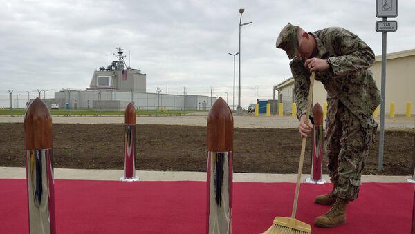 Un soldado estadounidense limpia una alfombra roja durante la ceremonia de inauguración de la plataforma antimisiles Aegis Ashore de Rumanía - Sputnik Mundo