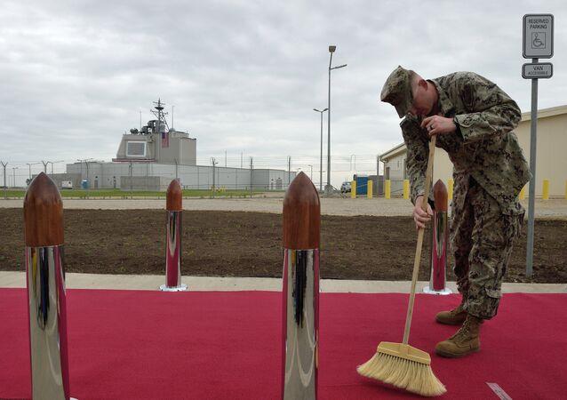 Un soldado estadounidense limpia una alfombra roja durante la ceremonia de inauguración de la plataforma antimisiles Aegis Ashore de Rumanía