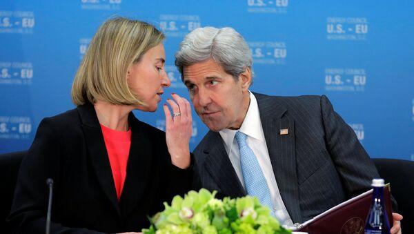 Jefa de la diplomacia europea, Federica Mogherini y secretario de Estado de EEUU, John Kerry - Sputnik Mundo
