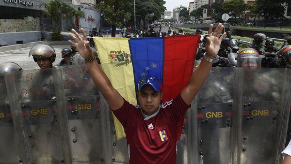 Un manifestante con la bandera nacional de Venezuela - Sputnik Mundo