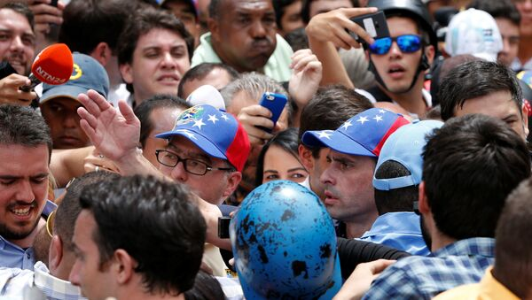El opositor Henrique Capriles entre los manifestantes. - Sputnik Mundo