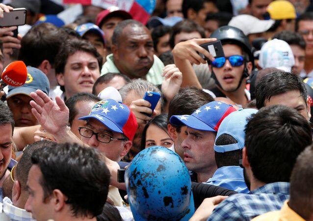 El opositor Henrique Capriles entre los manifestantes.