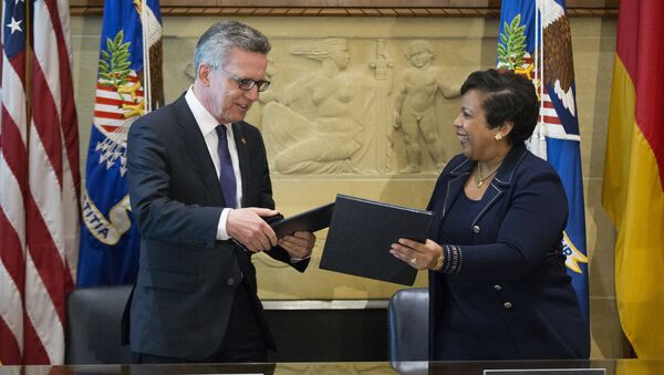El ministro del Interior de Alemania, Thomas de Maiziere, y la secretaria del Departamento de Justicia de EEUU, Loretta Lynch - Sputnik Mundo