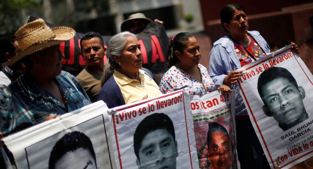 Familiares de los 43 estudiantes desaparecidos (archivo)