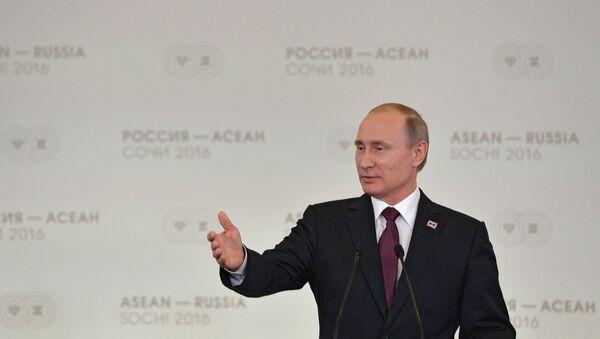 Vladímir Putin, el presidente de Rusia, durante la sesión plenaria de la cumbre de ASEAN - Sputnik Mundo