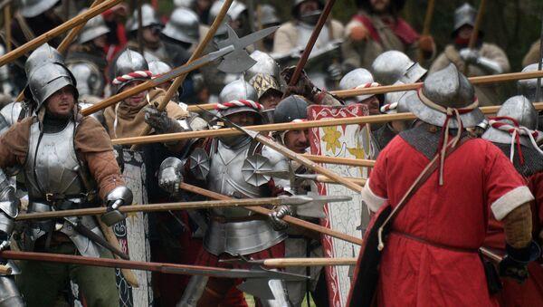 Entusiastas de la historia medieval toman parte en la recreación de una batalla. Archivo. - Sputnik Mundo