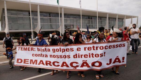 Unos 50 indígenas protestan contra Temer frente a la sede de la Presidencia en Brasil - Sputnik Mundo