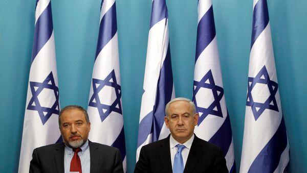 El jefe del Gobierno israelí Benjamín Netanyahu con Avigdor Lieberman - Sputnik Mundo