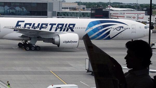 Un avión de la compañía aérea EgyptAir - Sputnik Mundo