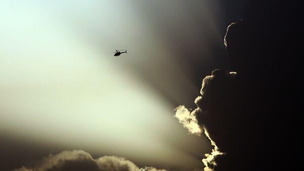 Un helicóptero de EEUU vuela durante los choques entre Talibán y las fuerzas de Afganistán en Kabul - Sputnik Mundo