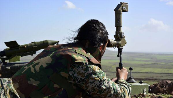 Militar del Ejército sirio cerca de la ciudad de Deraa - Sputnik Mundo
