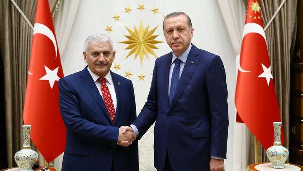 Nuevo presidente del gobernante Partido (AKP) que pronto asumirá como el primer ministro del país, Binali Yildirim y presidente de Turquía, Recep Tayyip Erdogan - Sputnik Mundo