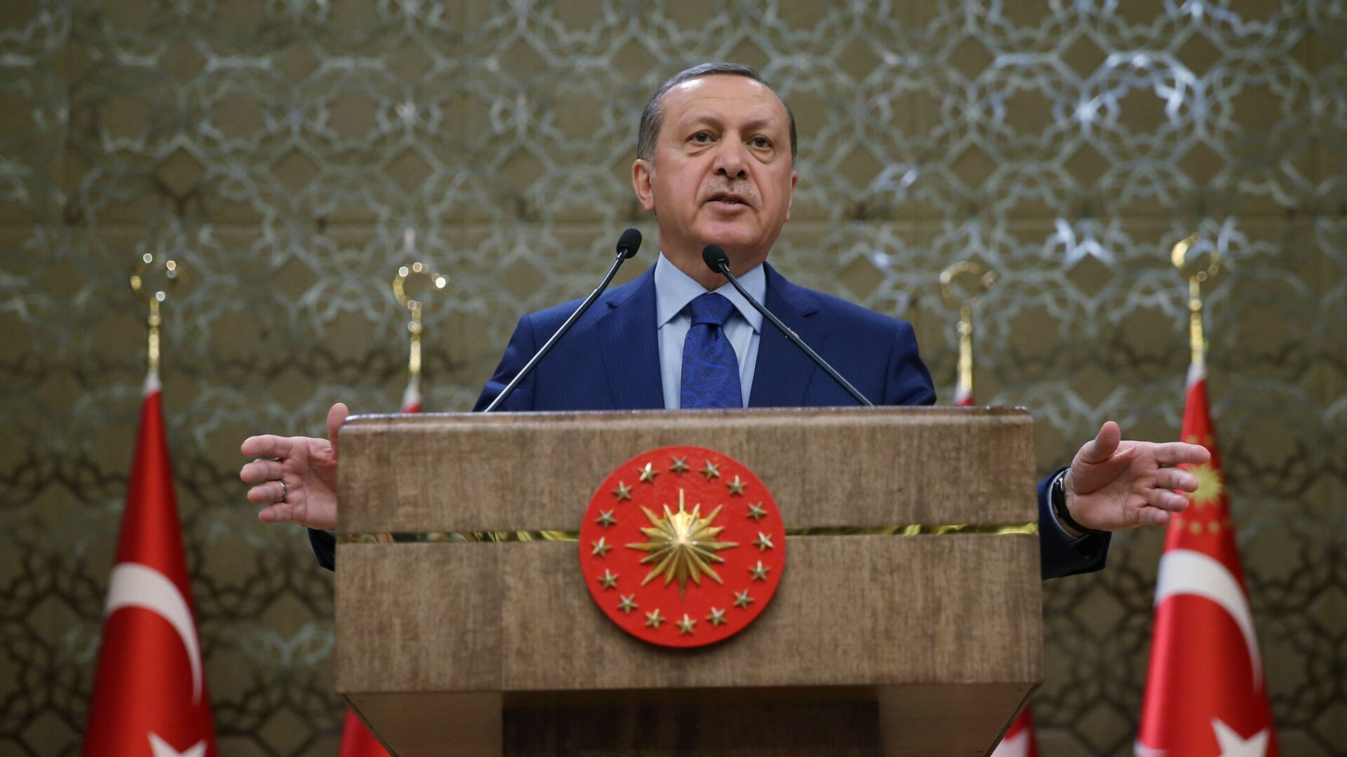 Turkish President Recep Tayyip Erdogan addresses a meeting of local administrators at his palace in Ankara, Turkey, Wednesday, March 16, 2016. Tayyip Erdogan says US and Russian weapons are ending up in the hands of the Kurdistan workers' Party, or PKK, which his country considers a terrorist organization - Sputnik Mundo, 1920, 19.05.2021