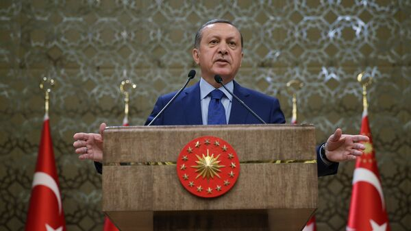 Turkish President Recep Tayyip Erdogan addresses a meeting of local administrators at his palace in Ankara, Turkey, Wednesday, March 16, 2016. Tayyip Erdogan says US and Russian weapons are ending up in the hands of the Kurdistan workers' Party, or PKK, which his country considers a terrorist organization - Sputnik Mundo
