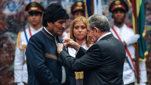 Presidente cubano, Raúl Castro, otorga la Orden José Martí al presidente boliviano, Evo Morales en la Habana, Cuba - Sputnik Mundo