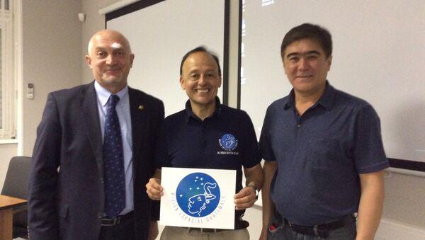 Montoya (centro) con empleados de Roscosmos y Centro Gagarin - Sputnik Mundo