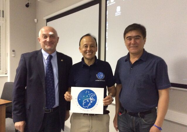 Montoya (centro) con empleados de Roscosmos y Centro Gagarin